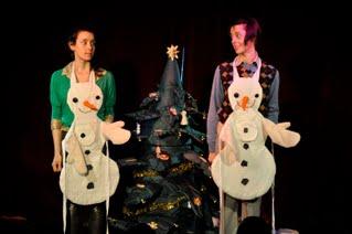 """hra """"Vánoční svatba sněhuláka Karla"""" divadla Loutky bez hranic"""